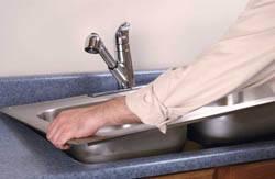 Сантехник в Ульяновске. Услуги сантехника – установка раковины на кухне. город Ульяновск